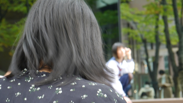 学生の後ろ姿:大阪でセーラー服のデッサン会