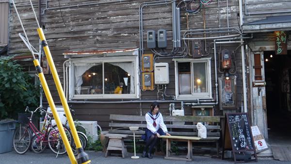 古民家の前:大阪でセーラー服のデッサン会