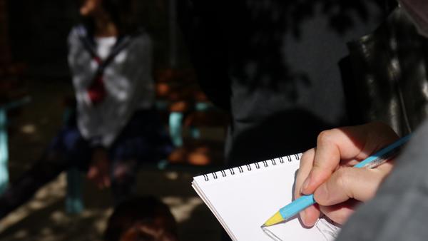 ペンを走らせて:大阪でセーラー服のデッサン会